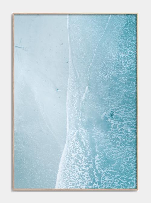 Fotoplakat af surfer på stor blå strand