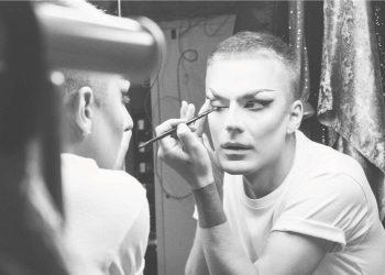 Mand i færd med at lægge makeup