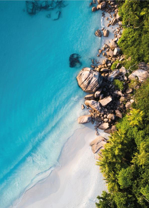 fotoplakat af flot hvid strand med klipper og blåt vand i tropiske omgivelser