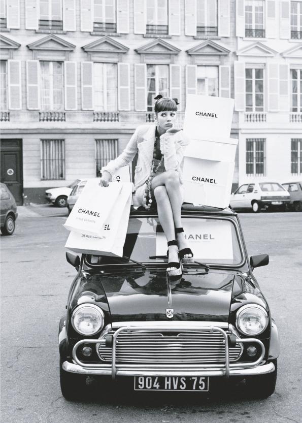 fotoplakat retro stil af kvinde med chanel shoppingposer på en gammel mini cooper