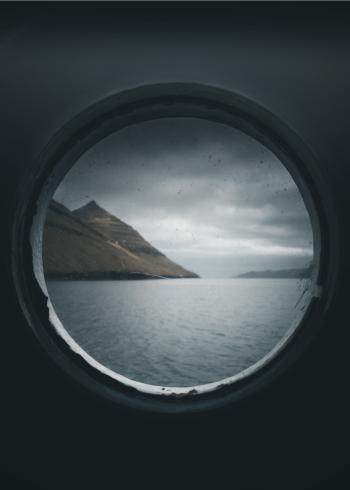Fotoplakat taget igennem et koøje ud til det åbne hav