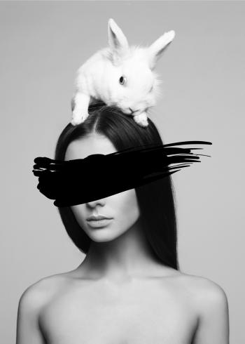 fotoplakat af kvinde med kanin på hovedet. Fashion billede i sort hvid