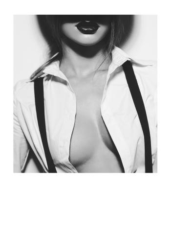 fotoplakat af kvinde der viser sin krop i sort hvid