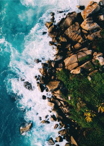 fotoplakat af eksotisk strand med klipper og bølgebrus