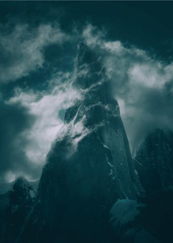 fotoplakat af stort bjerg patagonia omringet af hvide skyer