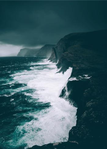 fotoplakat af brusende bølger og store klipper i storm