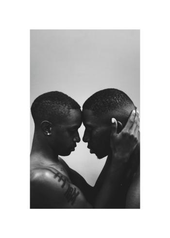 To homoseksuelle mænd der holder om hinanden