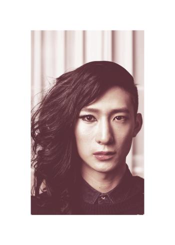 Asiatisk man med makeup på den ene side af ansigtet