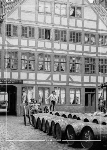 Plakat med motiv fra københavn af børn der leger på øl tønder