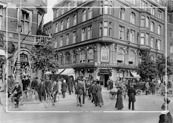 Plakat med gammelt billede af Rådhuspladsen og indgangen til Strøget