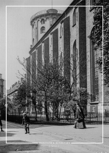Plakat med gammelt billede af Trinitatis facade, og med Rundetårn i baggrunden