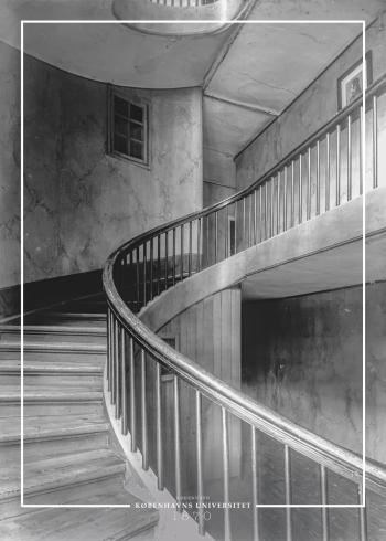 Plakat med gammelt billede af snoet trappe på Københavns universitet