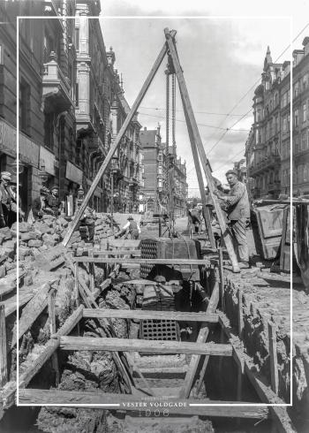 Plakat med gammelt billede af Vester Voldgade hvor der ilægges kasser til telefonkabler