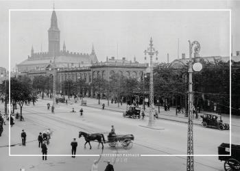 Plakat med billede af Vesterbro passage, og med Københavns Rådhus i baggrunden