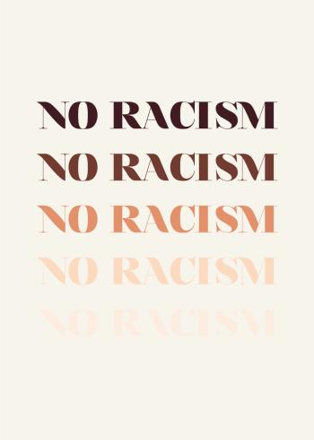 Flot tekst plakat med teksten No Racism, i fem forskellige farver.