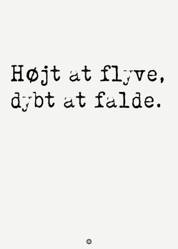 ordsprog plakat med ordsproget Højt at flyve, dybt at falde