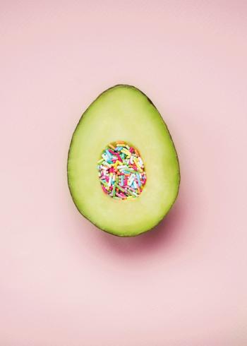 avokado med pink baggrund