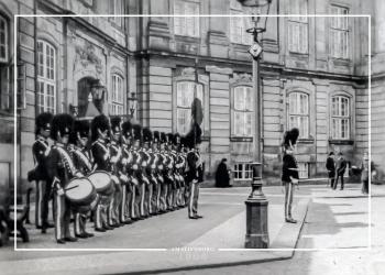 Plakat med gammelt fra Amalienborg billede af gardere på geled