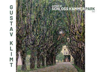 Maleriet forestiller vejen som leder mod en gul bygning, med træer som hænger indover vejen