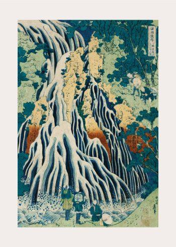 På denne plakat ses et smukt japansk landskabsmaleri, med et stort vandfald hvor der ses en lille gruppe mennesker for foden af vandfaldet. Billedet er i skønne blå og grønne nuancer