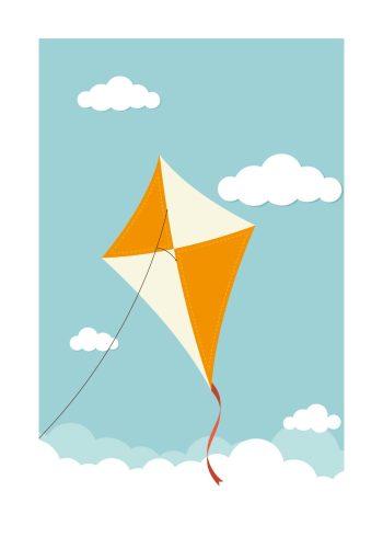 orange drage blandt skyer og blå himmel